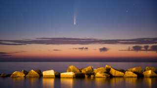 11 जुलाई को सूर्यास्त के बाद धूमकेतु नियोवाइस इटली के मोलोफेट बंदरगाह के आसमान में चमकता देखा गया. ये धूमकेतु 23 जुलाई को धरती के सबसे नज़दीक से गुज़रेगा.