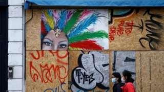 伦敦为准备诺丁山狂欢节,商店将橱窗封上。
