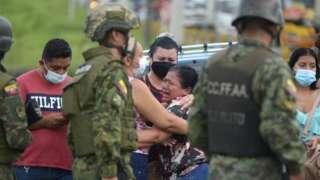 تجمع أقارب السجناء خارج سجن غواياكيل على أمل معرفة معلومات
