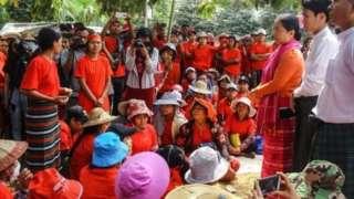 ရန်ကုန်တိုင်းဒေသကြီးအစိုးရအဖွဲ့ လူဝင်မှုကြီးကြပ်ရေးနှင့် လူ့စွမ်းအားအရင်းအမြစ်ဝန်ကြီးဒေါ်မိုးမိုးစုကြည် နဲ့တိုင်ရီစက်ရုံလုပ်သားများ