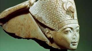 Фараон Тутанхамон в лазурной короне (и без носа), XIV век до н.э.