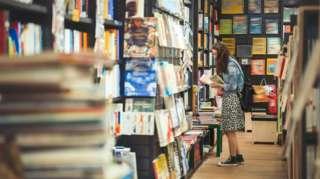 Mulher jovem em livraria