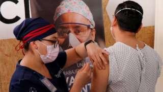 متطوع في المكسيك يتلقى اللقاح ضمن تجربة لشركة كانسينوبايو الصينية