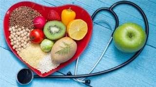 Stéthoscope et bol de nourriture saine