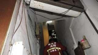 新北市中和区发生纵火案,地点是违法改装隔间的老旧公寓。
