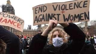 İngiltere'de bir polisin Sarah Everard'ı öldürmesinden sonra kadınlar protesto için sokaklara çıkmıştı