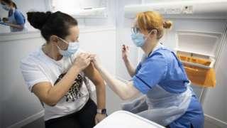 Aşı olan insan
