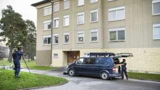 瑞典警方在公寓樓進行搜索(Credit: EPA)