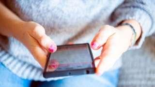 Mulher usando celular
