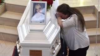 لبنانية تبكي أمام نعش إحدى ضحايا الانفجار