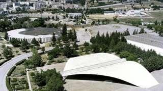 Auditório na forma de um livro aberto na Universidade de Mentouri, na Argélia