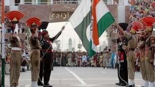 Индия менен Пакистандын чек арасындагы салтанат. Бул сырттан караганда майрам сыяктуу көрүнгөну менен эки өлкөнүн мамилеси чатак