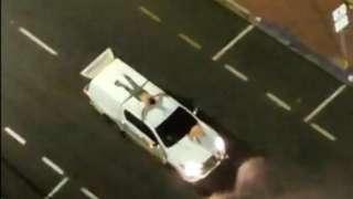 Duas pessoas presas no capô de carro usado por assaltantes em Araçatuba