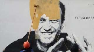 Санкт-Петербург. Закрашивание граффити с изображением Алексея Навального