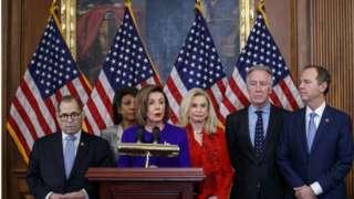 A presidente da Câmara, Nancy Pelosi, ao lado de Jerrold Nadler (canto esquerdo) e Adam Schiff (canto direito)