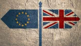 Bandeiras dos EUA e do Reino Unido apontando em sentido contrário