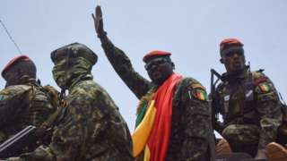 قائد الإنقلاب في غينيا يحتفل مع الجنود