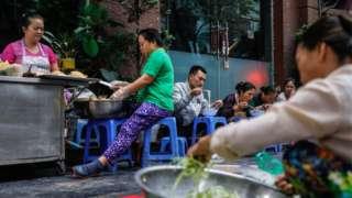 Đối với khách du lịch, cảnh sinh hoạt buôn bán trên vỉa hè và đường phố là nét văn hoá Việt đặc trưng và cuốn hút.