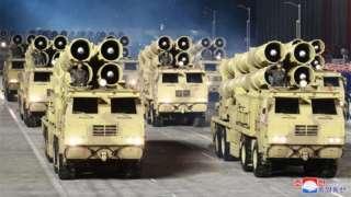 उत्तर कोरिया की परेड में हथियार