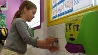 Girl washes her hands in Saint-Aubin-du-Cormier (07/05/20)
