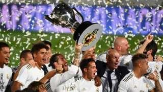 Wachezaji wa Real Madrid wakifurahia ushindi wao wa taji la La liga
