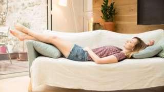 รูปผู้หญิงนอนบนโซฟา