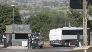 Um ônibus contendo crianças detidas entra nas instalações da US Border Patrol em Nogales, Arizona, 2014