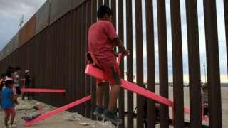 Гойдалки-балансири на кордоні США і Мексики. Фото