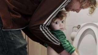 Papa wey dey help im pikin piss