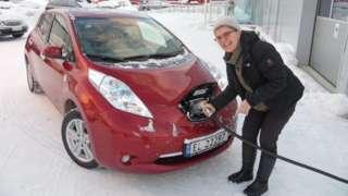 Norveç'in Tromsö kentinde elektrikli aracını şarj eden bir sürücü
