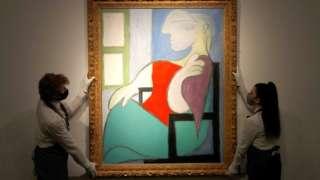 لوحة امرأة جالسة قرب نافذة