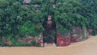 樂山大佛的腳趾被洪水淹沒。