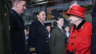 英國女王伊麗莎白二世在航空母艦伊麗莎白女王號出發前視察。