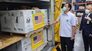 นายอนุทิน ชาญวีรกูล รองนายกรัฐมนตรีและรัฐมนตรีว่าการกระทรวงสาธารณสุข ร่วมพิธีรับวัคซีนไฟเซอร์ที่สหรัฐฯ บริจาคให้ไทยซึ่งมาถึงวันที่ 30 ก.ค.