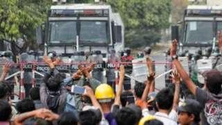 Каршылык акциясында өлкө лидери Аун Сан Су Чжини бошотуу талабы айтылууда
