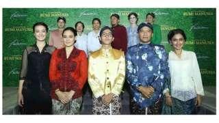 Para aktor film Bumi Indonesia, termasuk Iqbal Ramadhan (depan, tiga dari kiri).