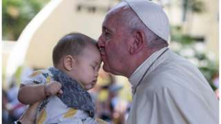 สมเด็จพระสันตะปาปาฟรานซิสจุมพิตเด็ก