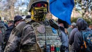 Un activista por los derechos de las armas desafía la ley de Virginia de no enmascararse en el mitin del Lobby Day