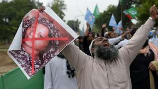 A man holds a photo of Asia Bibi during a protest in Islamabad, Pakistan. Photo: 2 November 2018