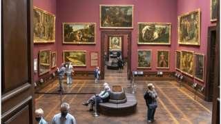 posetioci muzeja nose maske