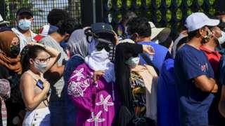 تونسيون يصطفون أمام أحد مراكز التطعيم ضد كورونا في أول أيام عيد الأضحى