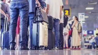 fila de passageiros em aeroporto