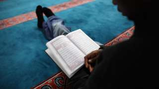 Many pipo dey use fasting time to read Quran