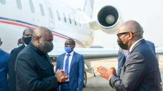 Perezida Evariste Ndayishimiye (ibumoso) ku wa mbere ubwo yakirwaga mu murwa mukuru Kinshasa wa DR Congo na Minisitiri w'intebe Sama Lukonde