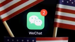 Imagen de la app WeChat rodeada de banderas estadounidenses.