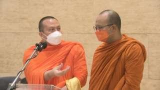 พระมหาสมปอง ตาลปุตฺโต (ซ้าย) และพระมหาไพรวัลย์ วรวณฺโณ ร่วมให้สัมภาษณ์สื่อมวลชนก่อนเข้าหารือกับกมธ. ศาสนาฯ