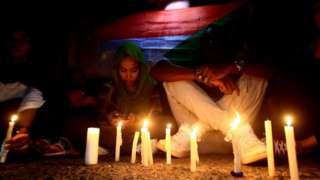 متظاهرون يشعلون الشموع لإحياء ذكرى قتلى ساحة الاعتصام