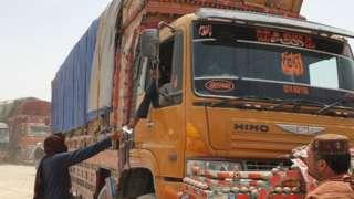 Camiones de mercancías se preparan para dirigirse hacia el paso fronterizo afgano en Chaman.