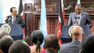 Ba Perezida Mohamed Abdullahi Mohamed 'Farmaajo' wa Somalia (ibumoso) na Uhuru Kenyatta wa Kenya bigeze guhura baganira ku gucyemura ubushyamirane hagati y'ibihugu byombi