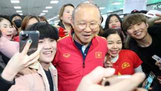 Ông Park Hang-seo chụp hình với fan hâm mộ ở sân bay Busan, Hàn Quốc ngày 14/12